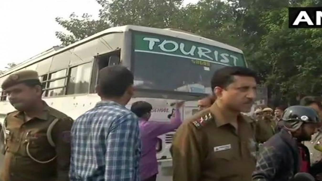 JNU विवाद:  प्रदर्शन के लिए जा रहे जेएनयू के छात्रों को पुलिस ने हिरासत मेंलिया