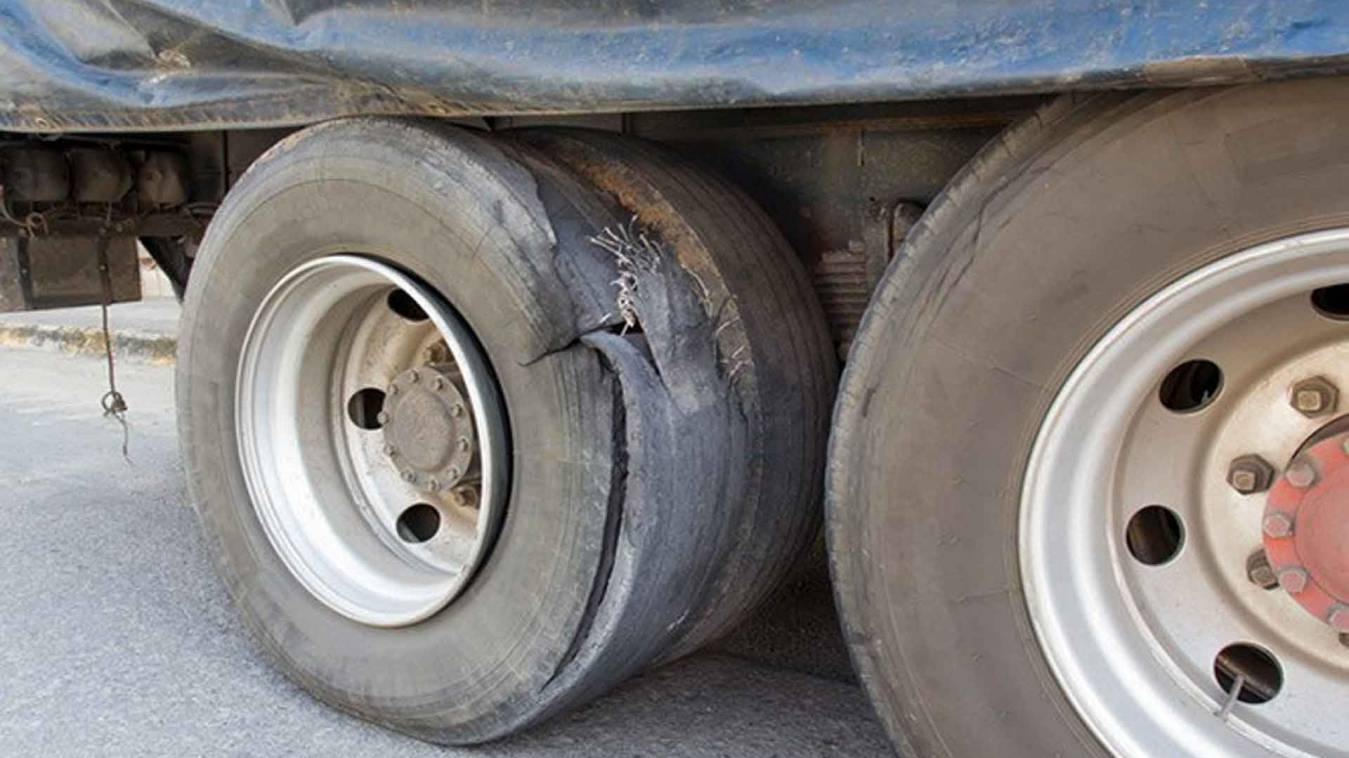 वाराणसी: राह चलते ट्रक का टायर फटने से मची अफरा-तफरी, हवा में उड़ी गिट्टियां