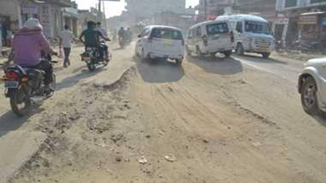 वाराणसी: गड्ढों में तब्दील बनारसी सड़क, ग्रामीणों ने विरोध में किया चक्का जाम