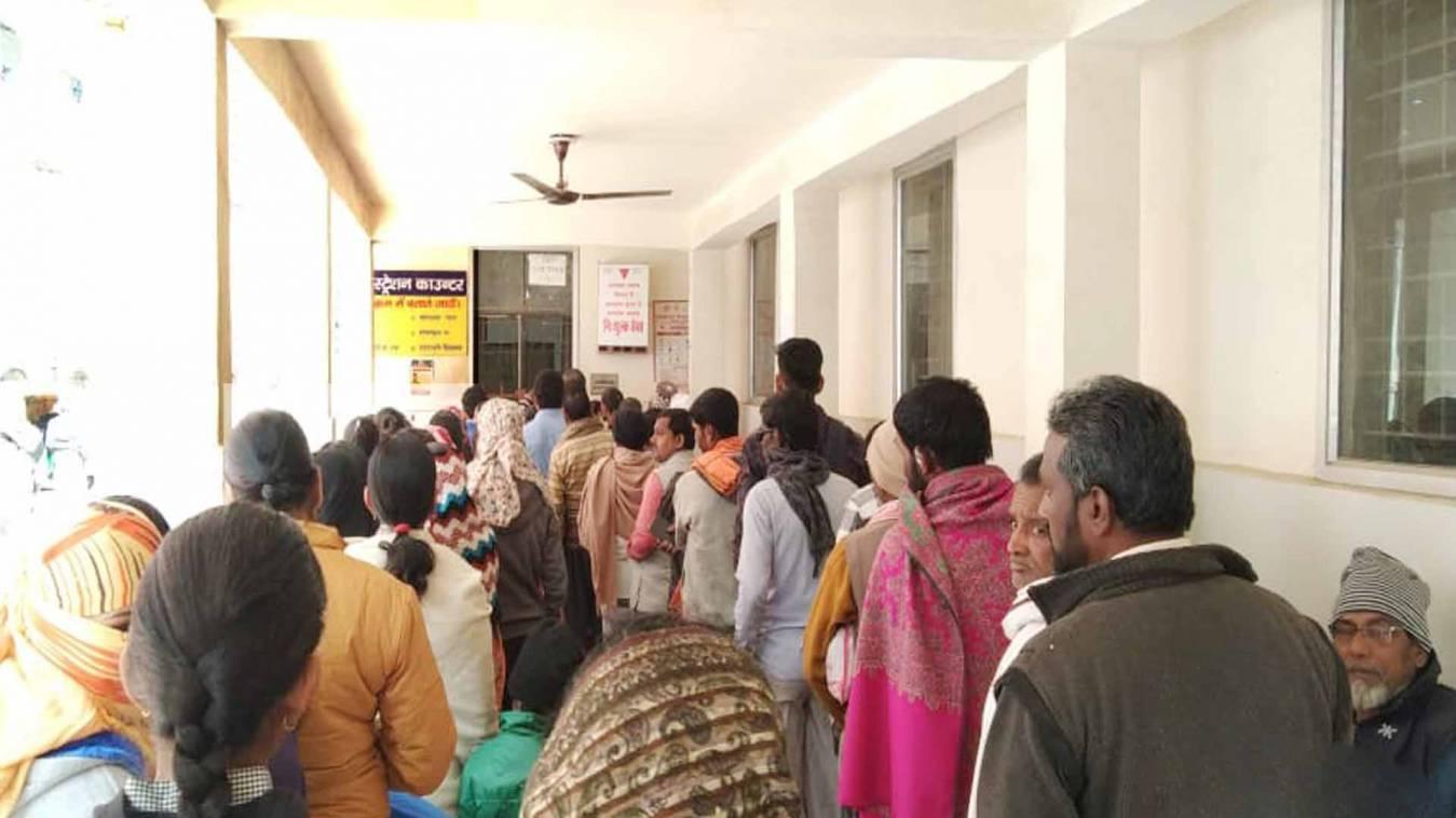 वाराणसी: कबीरचौरा मंडलीय अस्तपाल दुर्व्यवस्था का शिकार,मरीजों को करना पड़ रहा घंटो इंतजार
