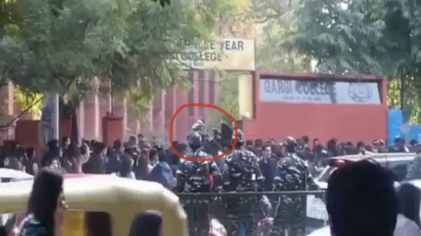 गार्गी कॉलेज में घुसे शराबी,किसी ने गलत छुआ तो कोई छात्राओं के सामने ही करने लगा हस्तमैथुन