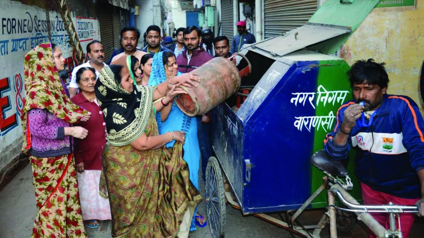 वाराणसी: रसोई गैस के दाम में सरकार ने लगाई आग तो महिलाओं ने कूड़े गाड़ी में फेंका सिलेंडर