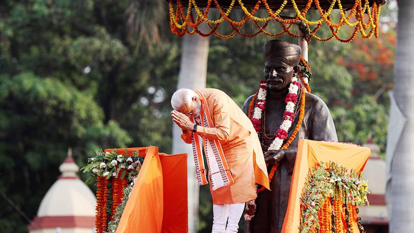 वाराणसी: मालवीय जी के प्रतिमा पर माल्यार्पण करेंगे प्रधानमंत्री, प्रतिमा की हो रही सफाई