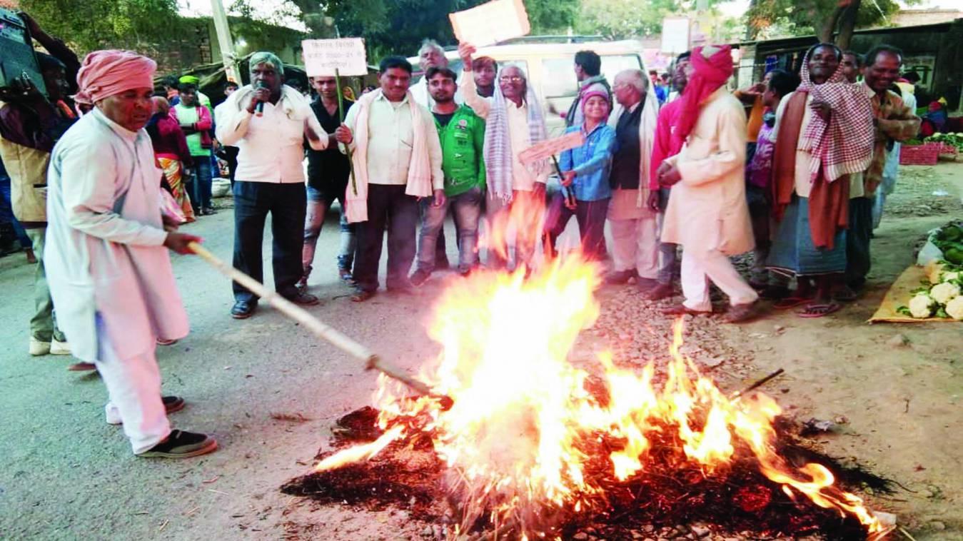 वाराणसी: पीएम मोदी के काशी मेंकिसानों ने फूंका सीएम योगी के बजट का पुतला