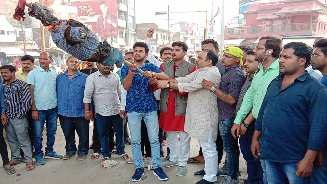 वाराणसी: पद और सत्ता के लोभी हैं'महाराज', युवा कांग्रेसियों ने फूंकाज्योतिरादित्य सिंधिया का पुतला