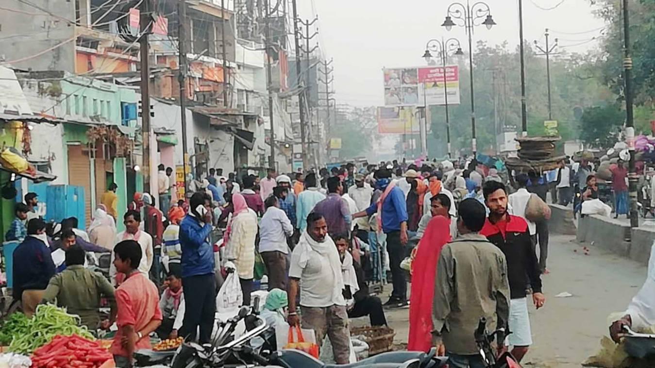 वाराणसी: सब्जी मंडी में लाख समझाने के बाद भी नहीं मानी भीड़ तो पुलिस ने भांजी लाठी