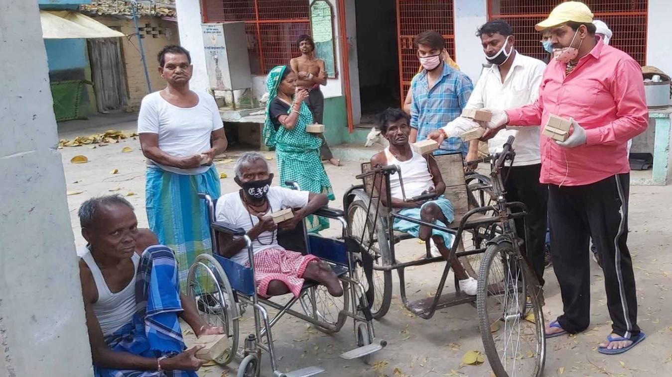 वाराणसी: कुष्ठ आश्रम की हालत खराब, सपाईयों ने रोगियों को बांटा भोजन का पैकेट