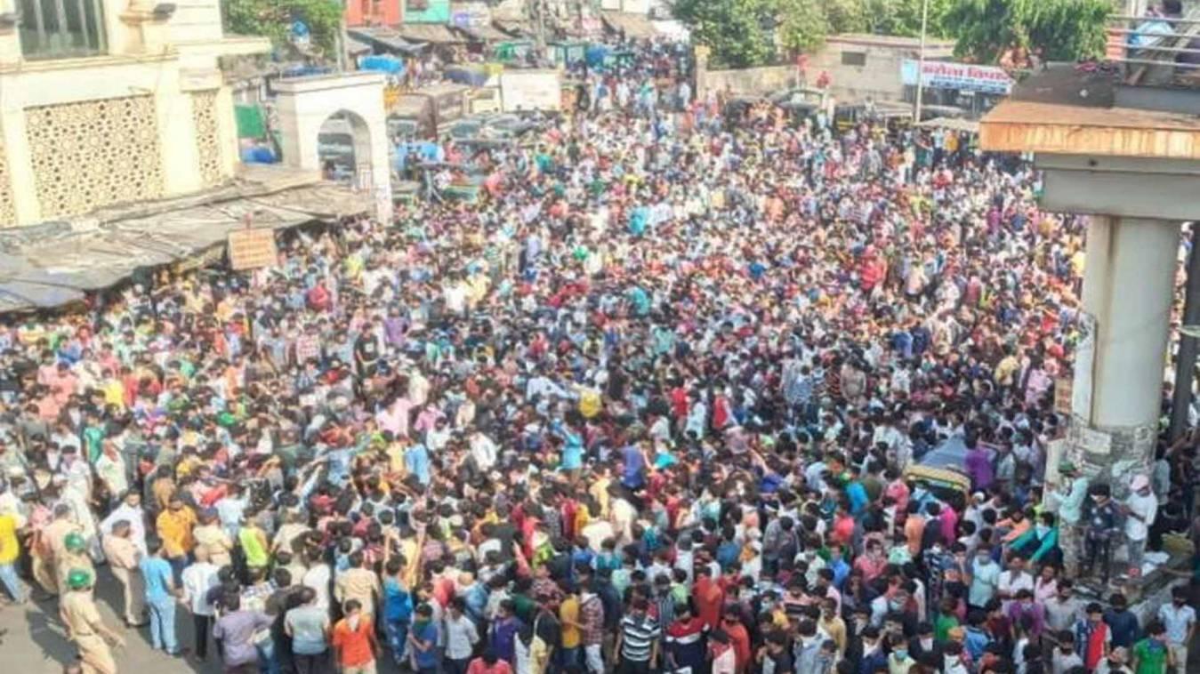 बांद्रा अफ़वाह: मजदूरों के प्रदर्शन पर टीवी पत्रकार के खिलाफ FIR दर्ज, ट्रेनें चलाने की दिखाई थी खबर