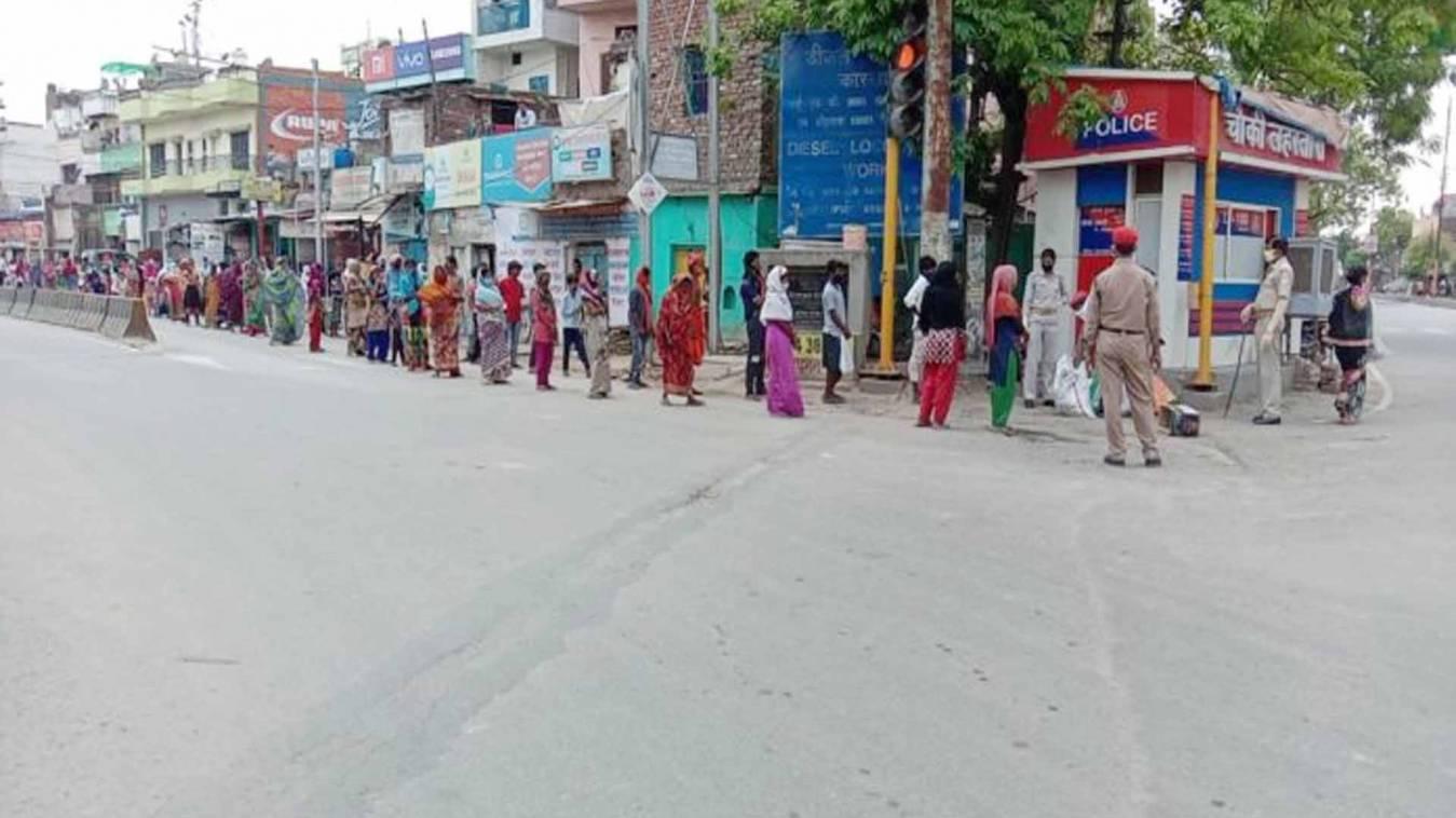 वाराणसी: यहां खाना लेने के लिए लाइन में लगे रहना पड़ता घंटों खड़ा