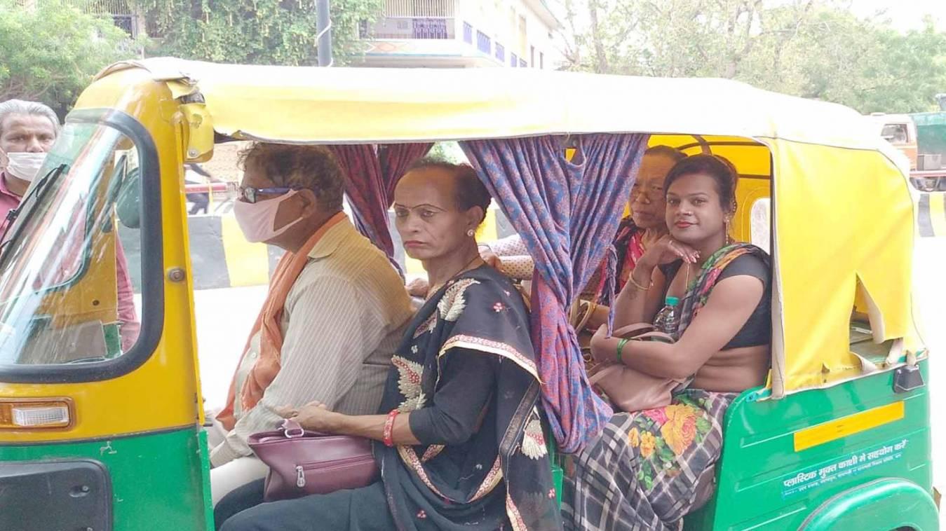 वाराणसी: खुद मांगकर खाने वालों ने गरीबों की मदद कर दिखाया आईना, लॉकडाउन में मसीहा बना किन्नर समाज