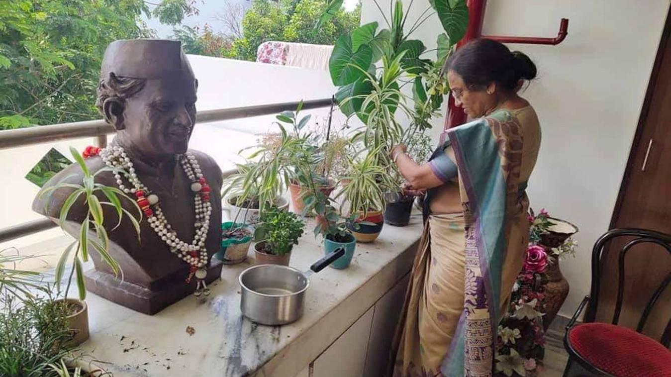 पूर्व कैबिनेट मंत्री-सांसद प्रो रीता बहुगुणा जोशी अपने आवास पर स्वयं करती हैं पौधों की देखभाल