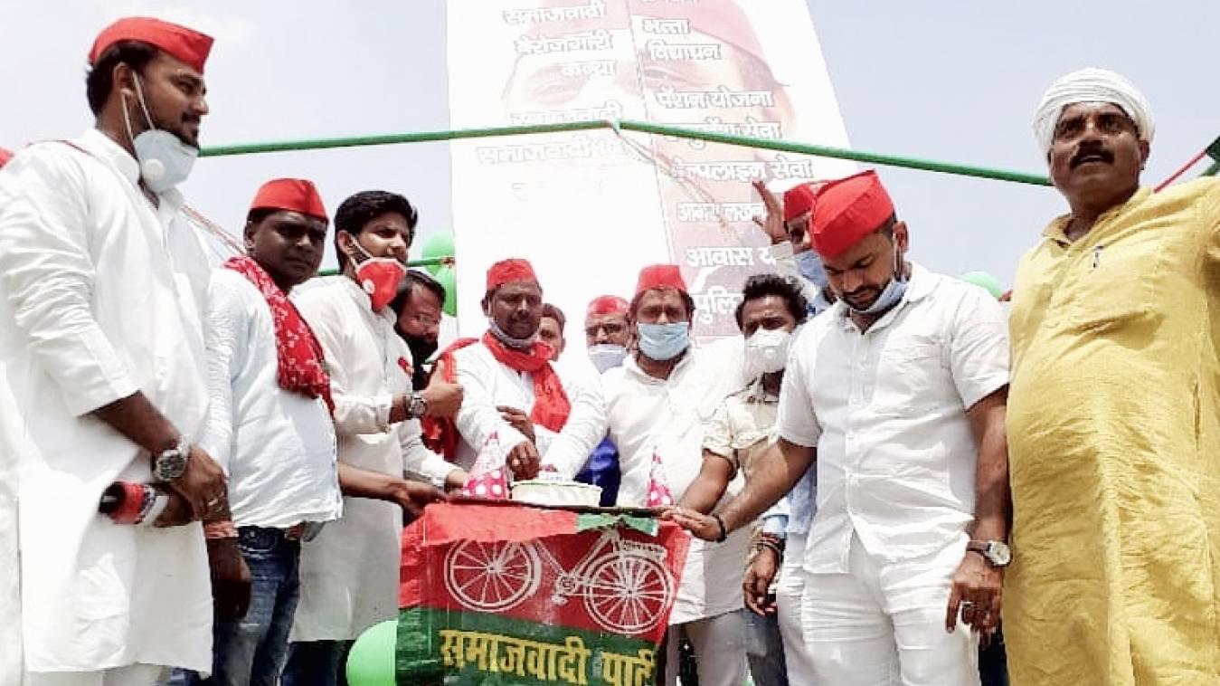 वाराणसी: गंगा की गोद में केक काटकर मनाया अखिलेश यादव का 47वां जन्मदिन