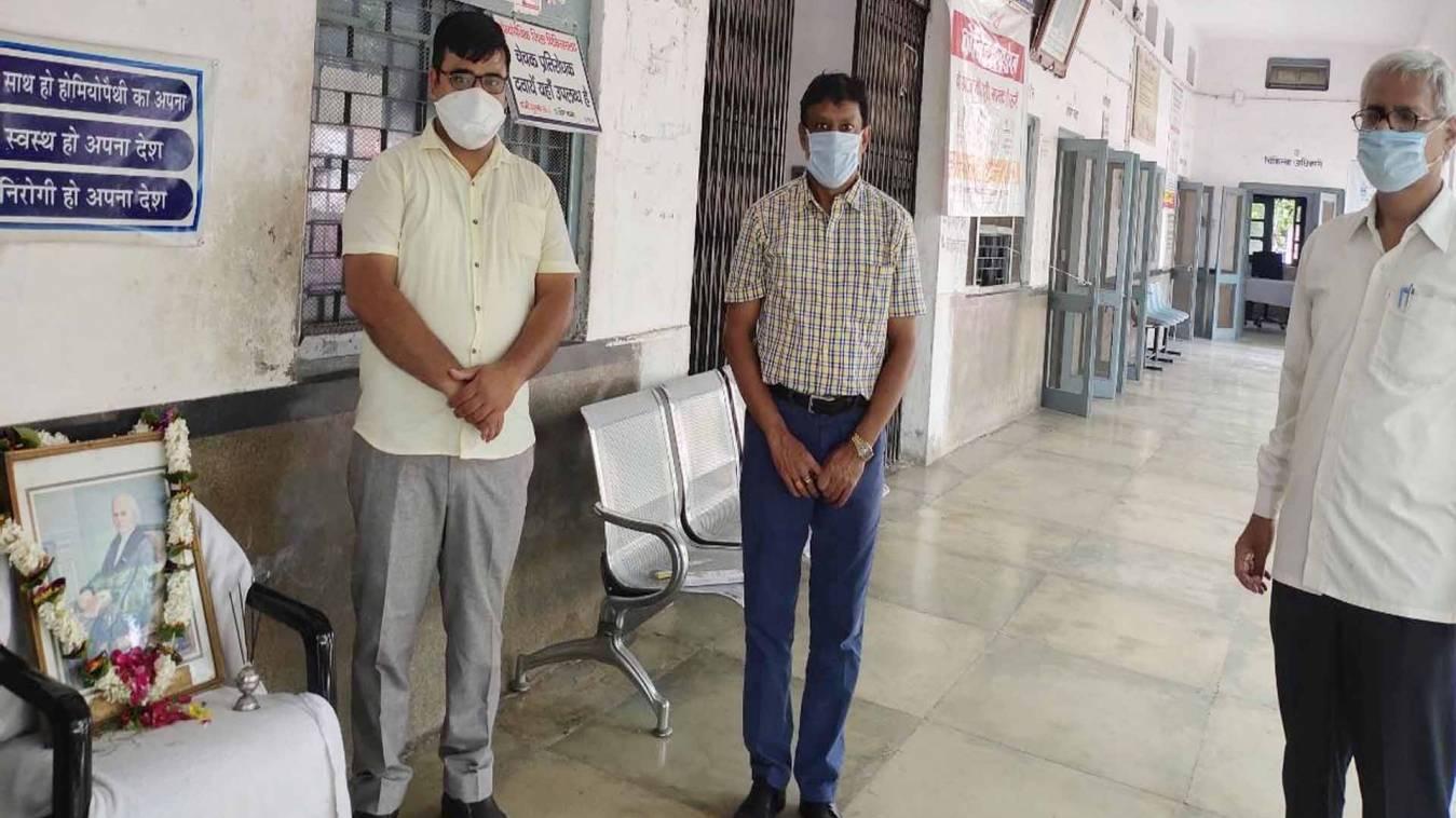 वाराणसी: राजकीय होम्योपैथिक चिकित्साालय में मनाया गया होम्योपैथ के जनक का परिनिर्वाण दिवस