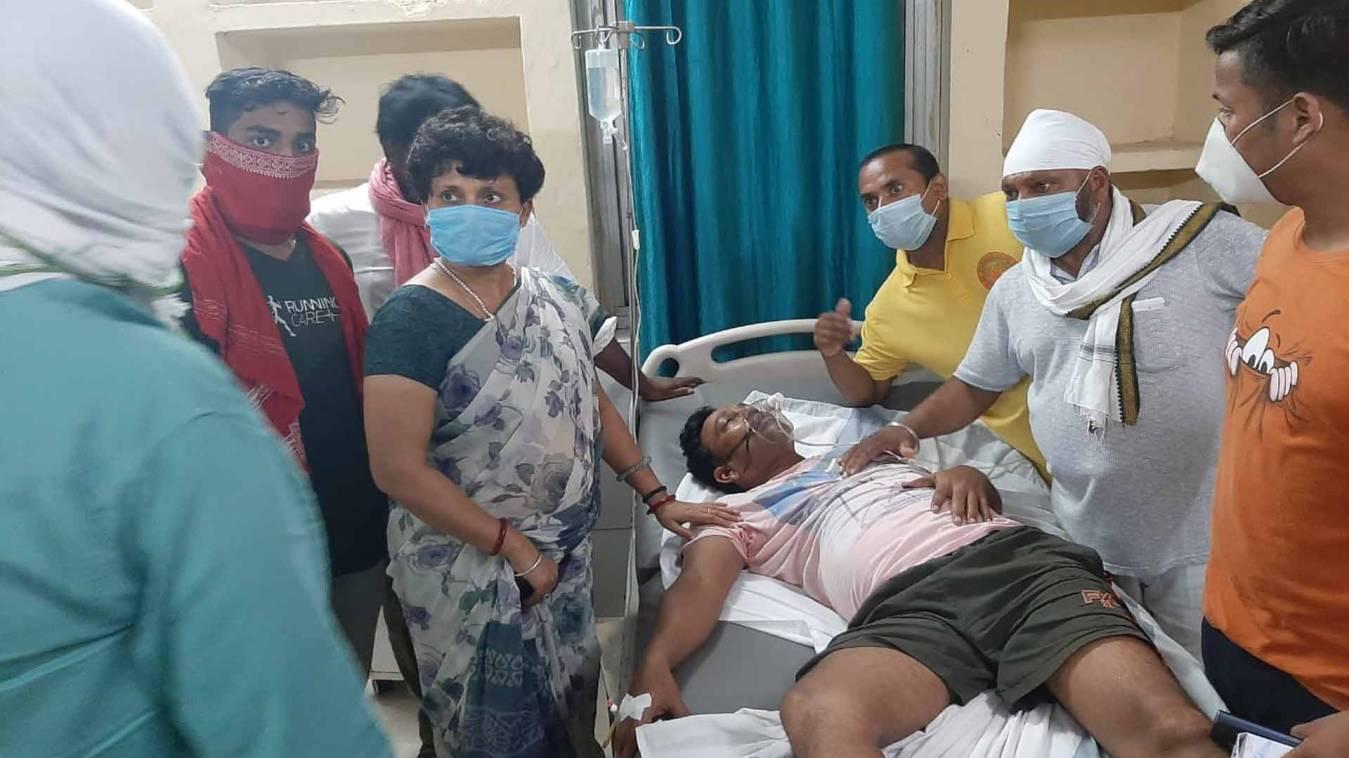 वाराणसी: गैस लीक में पीड़ितों का हाल जानने पहुंची पूर्व राज्य मंत्री रीबू श्रीवास्तव, अधिकारियों पर जताई नाराजगी