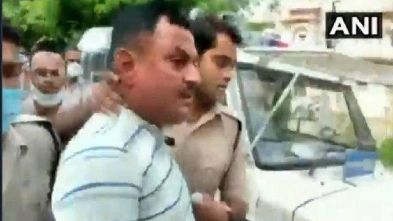 कानपुर एनकाउंटर: विकास दुबे उज्जैन से हुआ गिरफ्तार, महाकाल मंदिर में बोला- 'मैं हूं विकास दुबे कानपुर वाला'