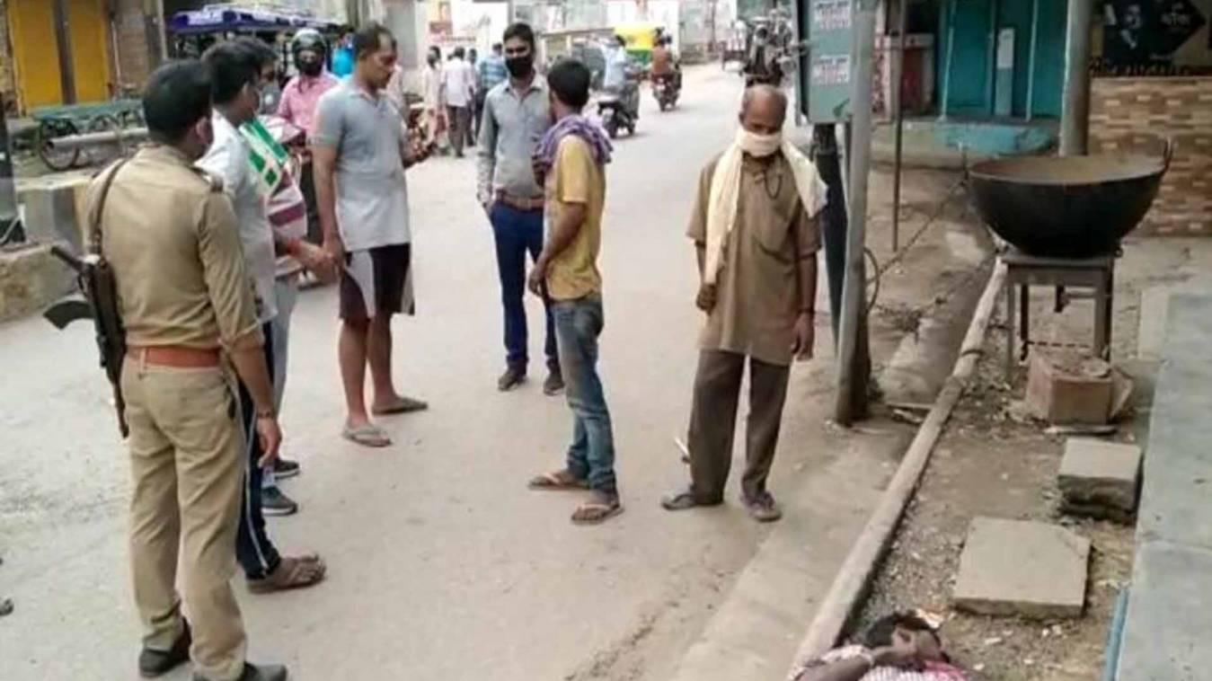 वाराणसी: विशेश्वरगंज पोस्ट ऑफिस के पास मिली अज्ञात युवक की लाश, लोगों में दहशत