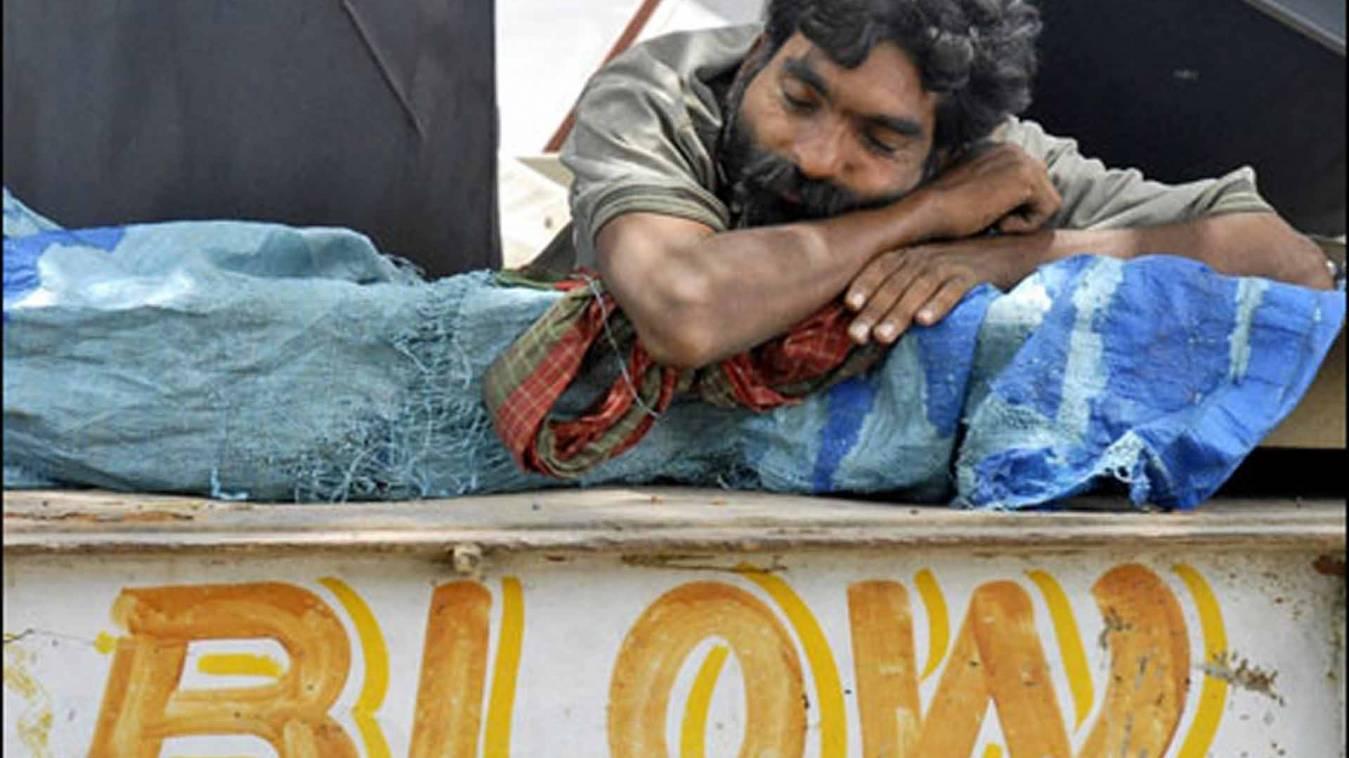 वाराणसी: ट्रक ड्राइवर के 80 हजार चोरों ने उड़ाए, पुलिस ने पप्पू को भेजा थाने