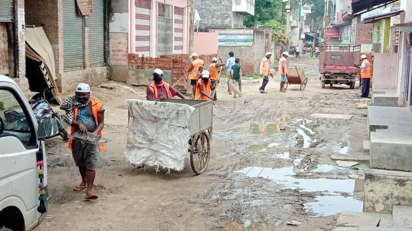 वाराणसी: नगर निगम की लापरवाही का नमूना, कीचड़ पर ही छिड़क दिया चूना