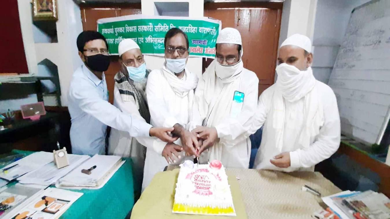 वाराणसी: राष्ट्रीय हथकरघा दिवस पर काटा केक, दी एक दूसरे को बधाई