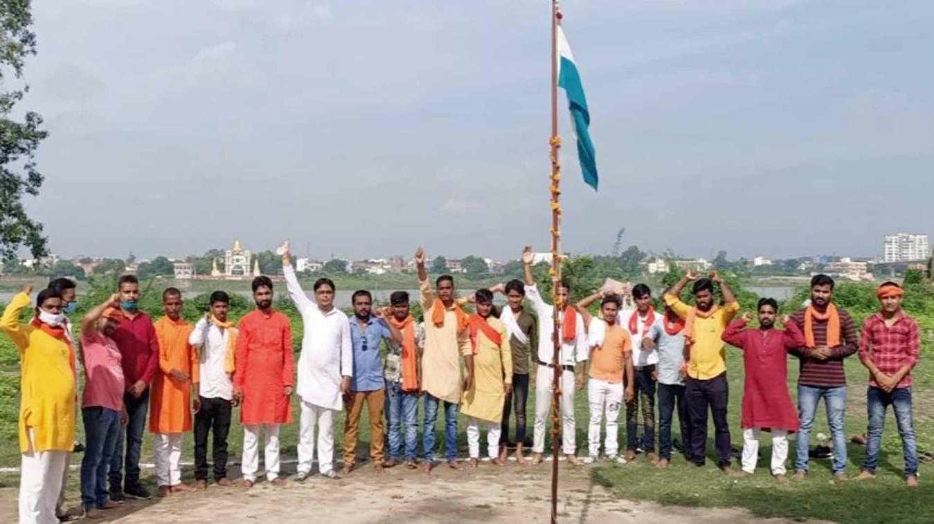वाराणसी: हिंदू युवा वाहिनी ने मनाया स्वतंत्रता दिवस, किया शहीद जवानों को याद