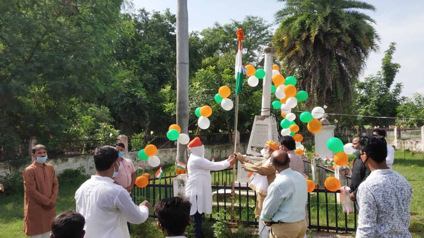 वाराणसी: शहीद स्मारक में युवा काशी अपनी काशी और जय हिंद फाउंडेशन नें किया ध्वजारोहण