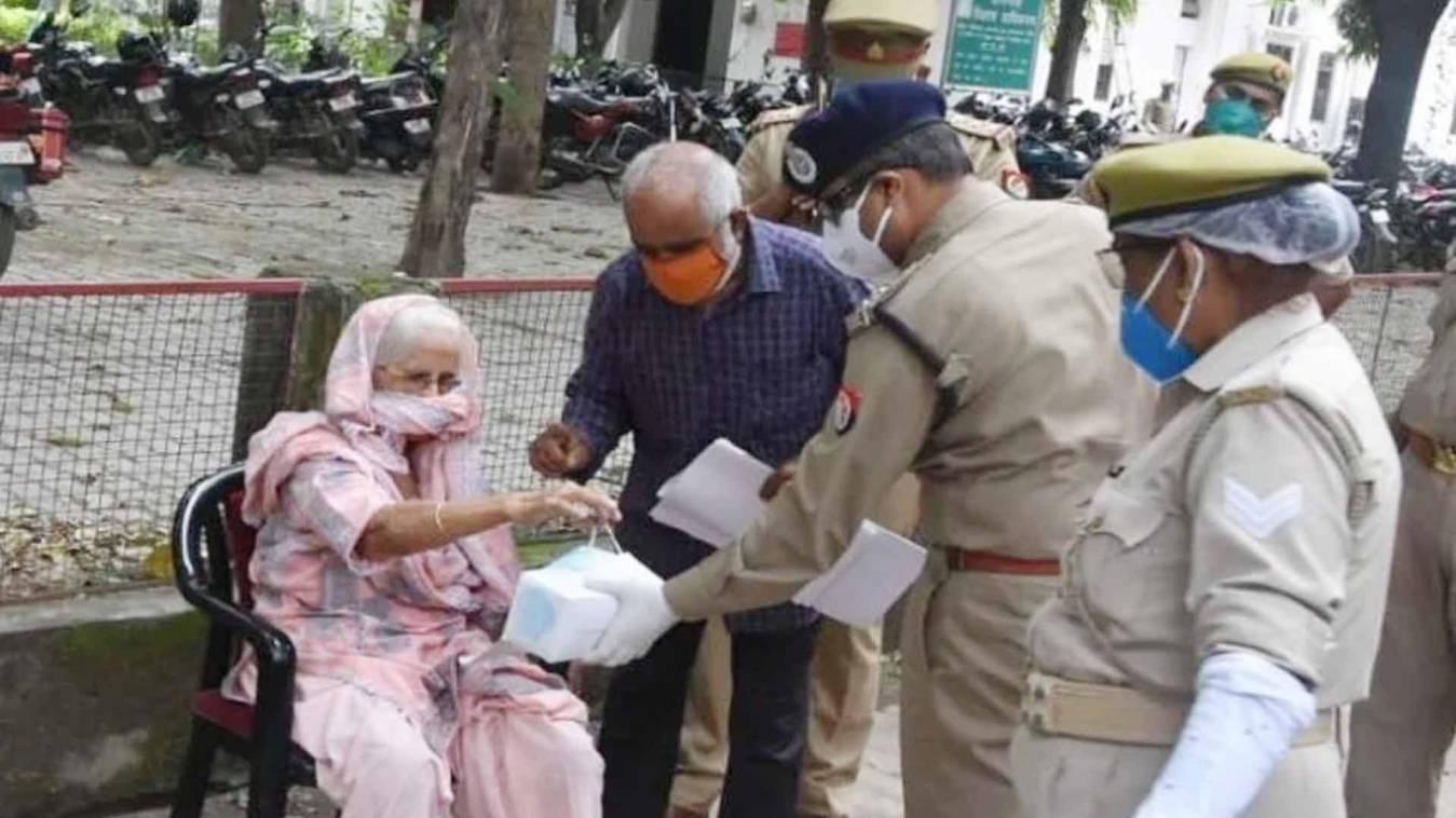 पैदल आ रही थी वृद्धा, एसएसपी ने गाड़ी रुकवाकर कुर्सी पर बिठाया और रास्ते में ही सुनी फ़रियाद