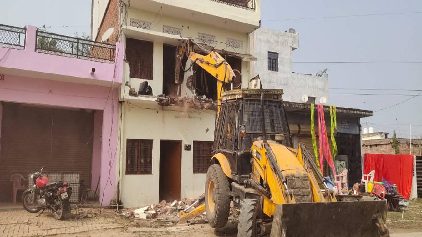 हिस्ट्रीशीटर अशोक यादव भी योगी सरकार के निशाने पर, अवैध निर्माण पर चलाप्रशासन का बुलडोजर