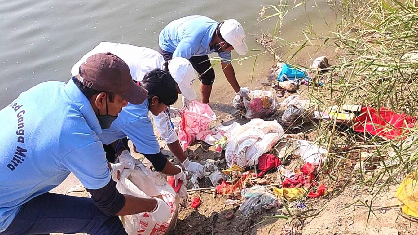 ईको-स्किल्ड गंगामित्र सुपर एक्सप्रेस टीम द्वारा शुलटंकेश्वर मंदिर प्रांगण में चलाया गया छठ घाट स्वच्छता अभियान