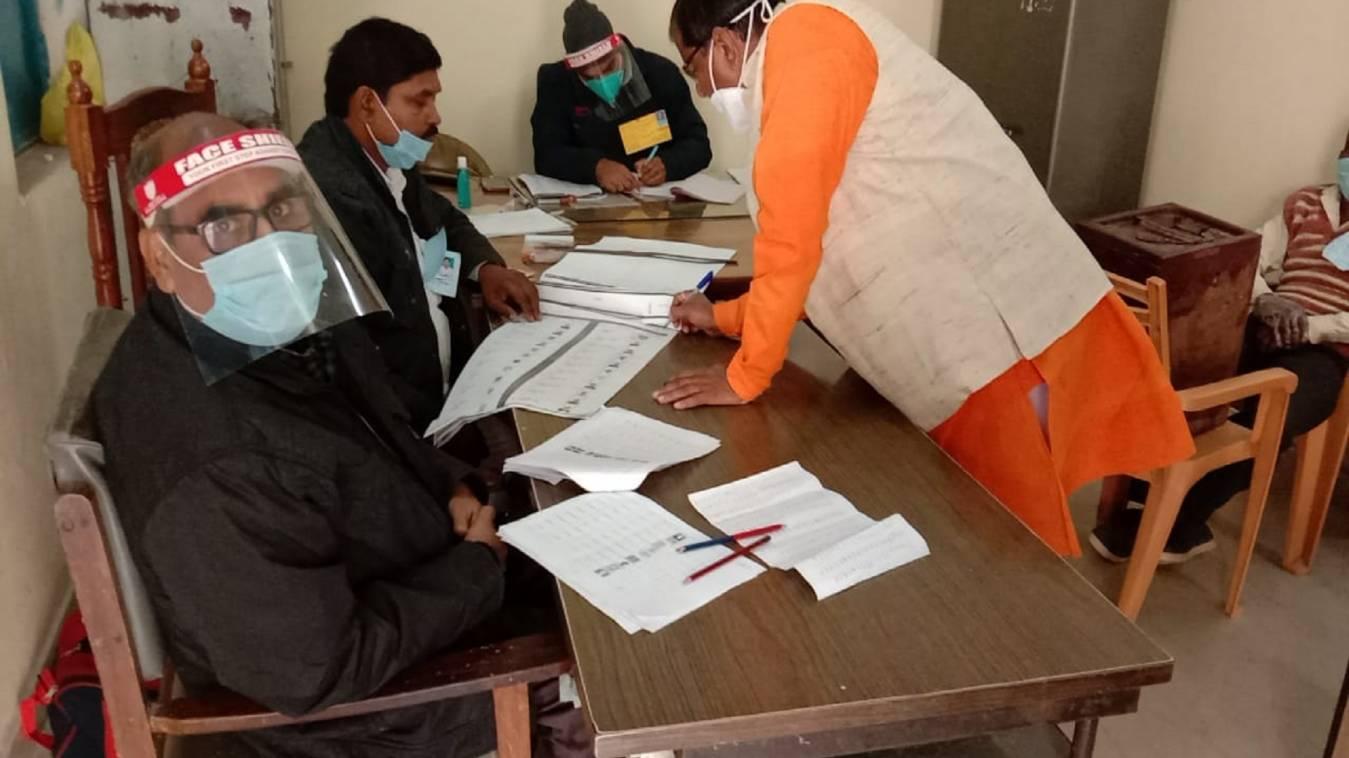 वाराणसी में कड़ी सुरक्षा के बीच स्नातक चुनाव जारी