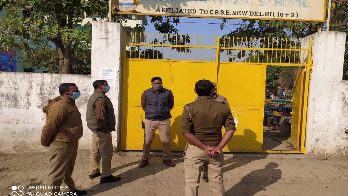 वाराणसी: UP Police की कड़ी सुरक्षा के बीच शुरू हुई परीक्षा