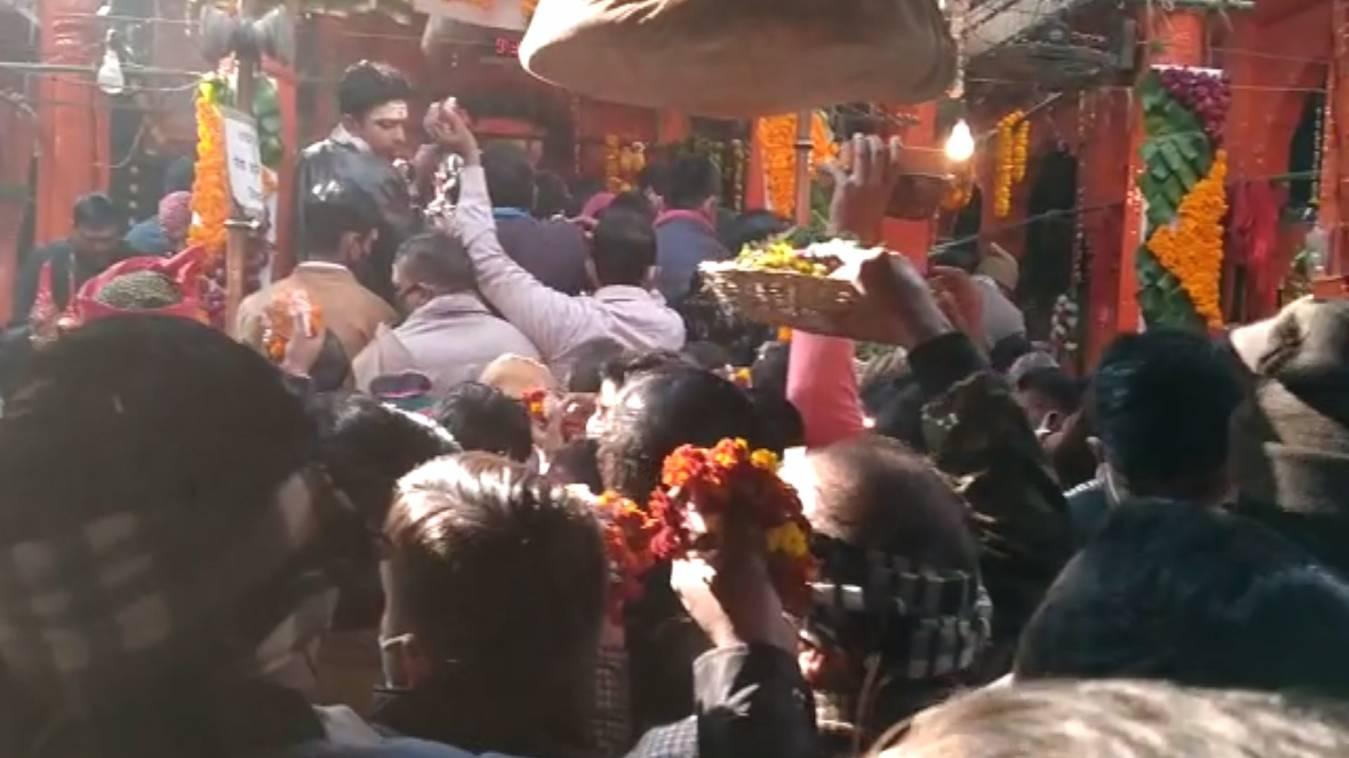 नए साल के अवसर पर बाबा विश्वनाथ के दरबार में उमड़ी भारी भीड़