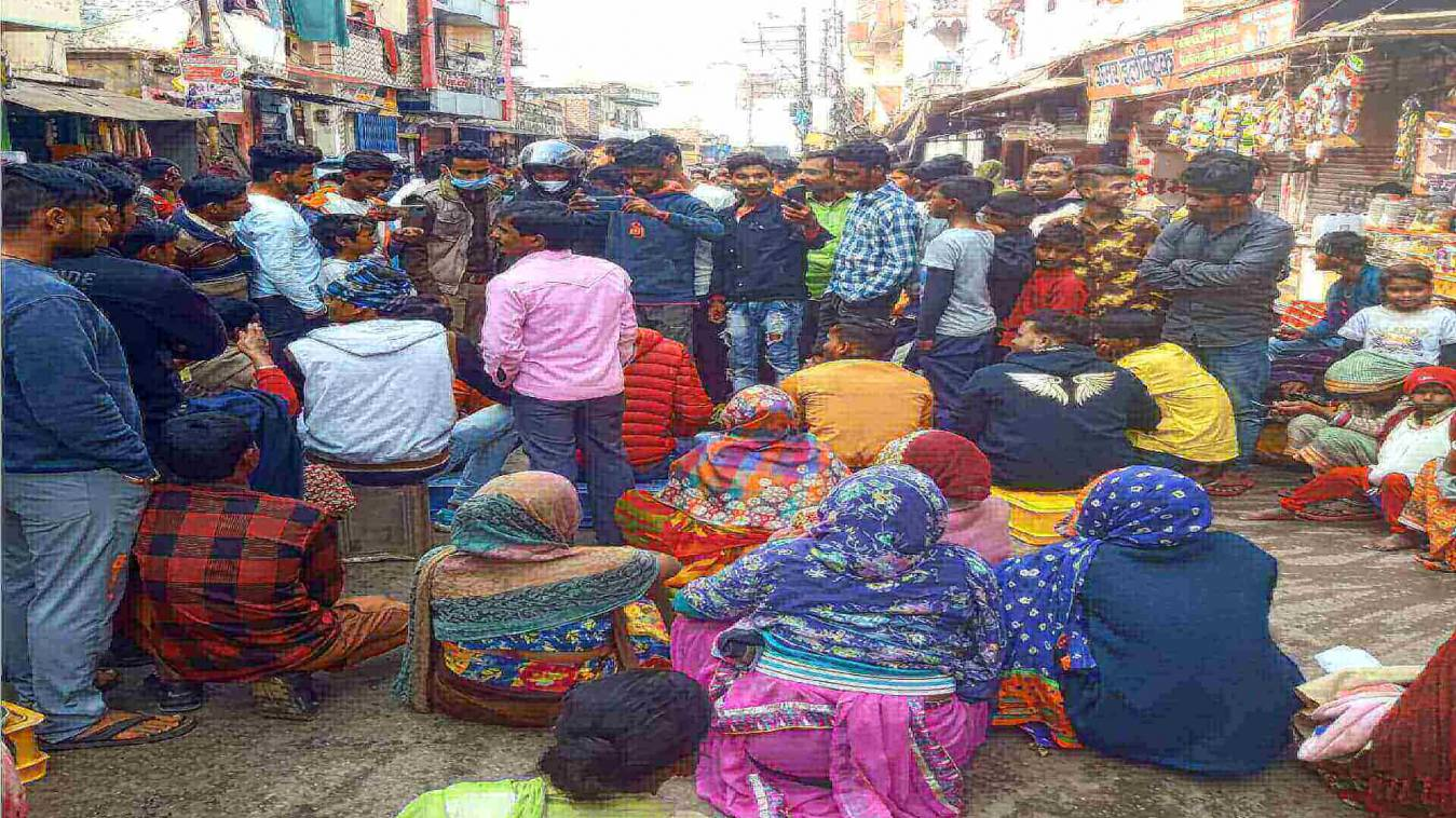 भाजपा के पार्षद सहित क्षेत्रीय लोग सीवर समस्या को लेकर धरने पर बैठे