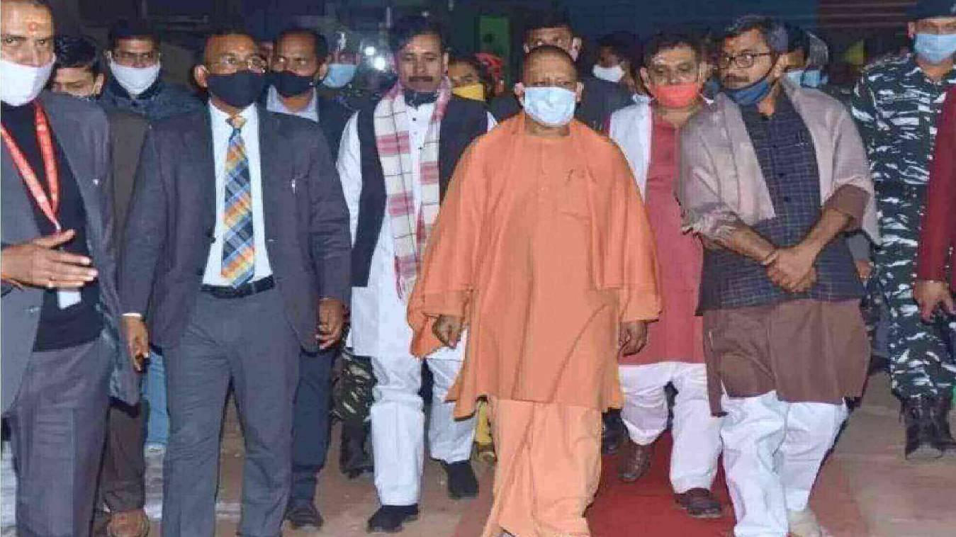 CM ने देर रात वाराणसी पहुंच किया दर्शन- पूजन, स्थलीय निरिक्षण कर दिए अधिकारीयों को निर्देश दिए