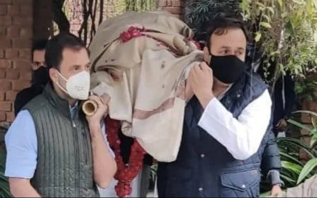 सतीश शर्मा के अंतिम विदाई में पहुंचे राहुल गांधी, दिया कंधा